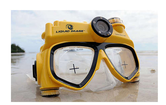 Combination of swim mask and digital camera